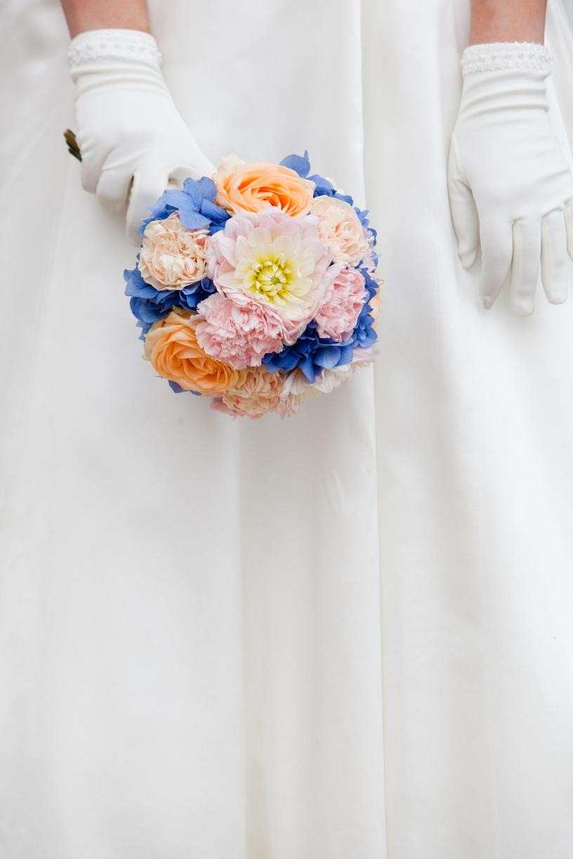Bouquet coloré sur une base d'hortensia bleu, dahlia, oeillet et roses