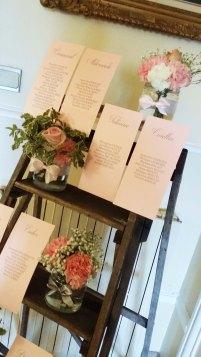 Plan de table avec petites compositions florales sur escabeau