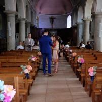 Bouts de banc colorés pour la décoration de l'église