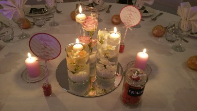 Centre de table avec fleurs plongées