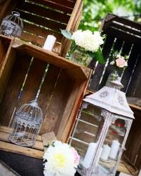 Décoration de bar avec cagettes, lanternes et fleurs