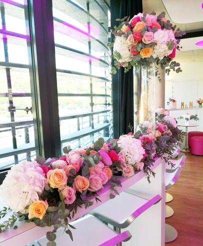 Décoration du buffet intérieur avec grosses compositions florales