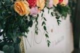 Guirlande de fleurs sur panneau de bienvenue