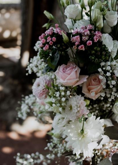 Composition florale d'arche avec gypsophile, dahlia, roses et wax