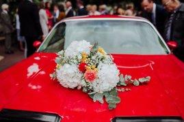 Composition florale sur voiture